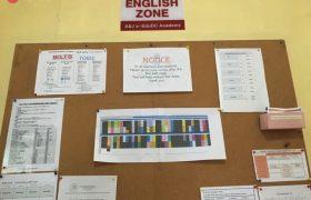 《A&J e-EduDC 語言學校》公告欄上會有課表,或其他重要事項公告