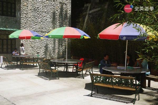 《Baguio JIC 語言學校》斯巴達初級英文校區 (IB) 學生宿舍外的休息區