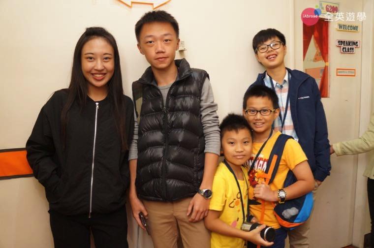 ▲ 菲律賓學校生活,小朋友下課後也聚在一起!