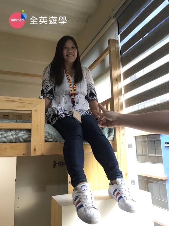 ▲ Pines 新校區的床架都是用加拿大進口的原木製作,Zoe 用自己的噸位幫大家試爬試躺過了,很堅固!有看到樓梯多寬了吧!