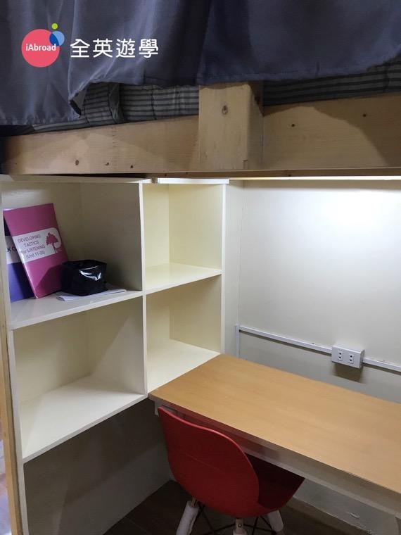 ▲ 每個人都有獨立的隱私小空間,包含衣櫥、書桌椅、書櫃、書桌內建檯燈,書桌前有兩個插座,但插座只有在書桌前,上舖床邊沒有喔!一邊唸書一邊幫手機充電,挺方便的