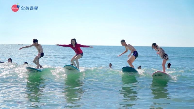 ▲ 全英的每位學生都衝浪成功耶!Inki 老師在海中拿著相機,捕捉孩子們的畫面,又興奮又感動啊!
