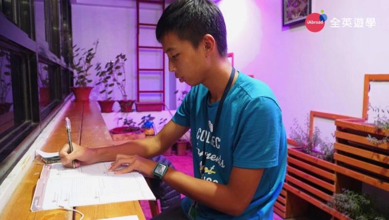 ▲ MONOL 學校每層樓的走廊都有個溫馨的小天地,學生可以在這裡寫功課~