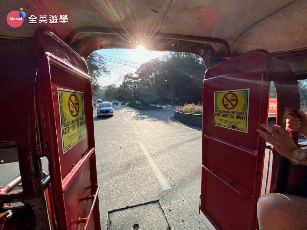 ▲ Jeepney 左右兩邊都有窗戶,後面沒有門,所以欣賞沿路風光很方便~