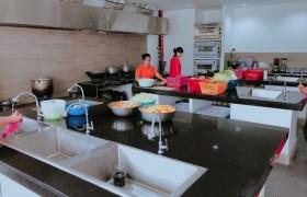 EV 語言學校宿霧親子遊學推薦斯巴達課程_學校餐廳廚房