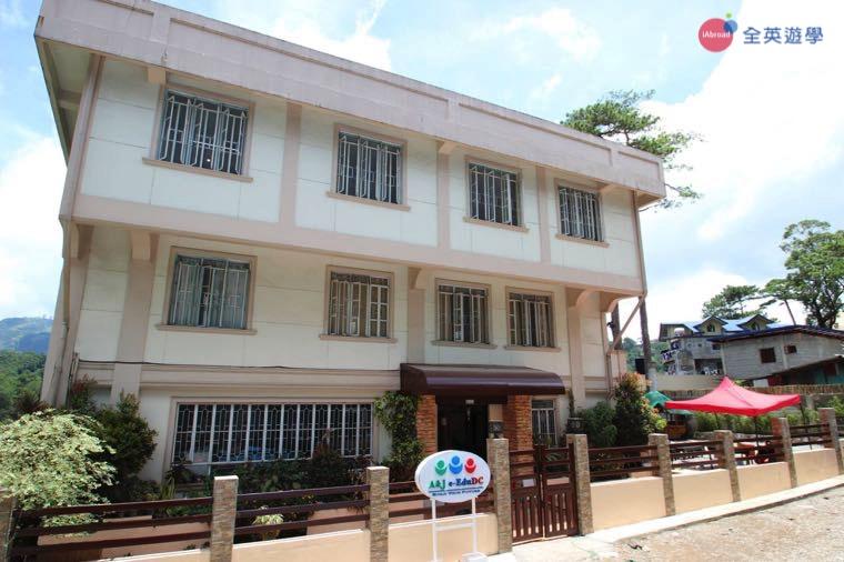 《A&J e-EduDC 語言學校》位於碧瑤市中心,鄰近 Burham Park 班漢公園、Camp John Hay 度假村