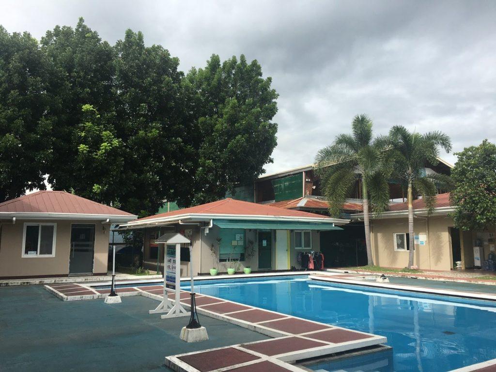 ▲ 游泳池幾棟都是宿舍,但我的房間不是在泳池邊, 是在靠近教室那一區