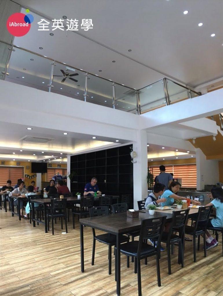 ▲ CIP的學生餐廳是獨立的一棟,在教室區旁邊,一樓是餐廳&販賣部。二樓通常是我們舉辦畢業典禮和EOP英文簡報的地方