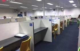 《First English 語言學校》一對一教室是屬於開放式,每個學生都有自己專屬的座位!