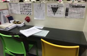 《First English 語言學校》一對一教室,學生可以依照自己的喜好佈置座位!
