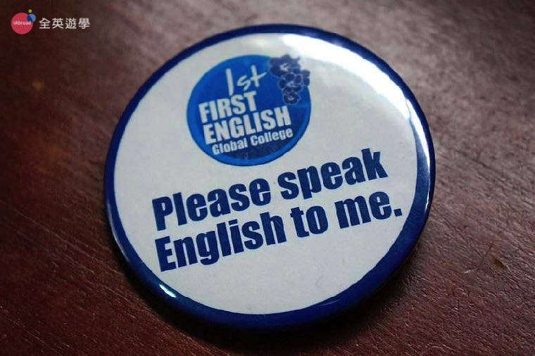 《First English 語言學校》參加「 EOP 挑戰」的學生都要配戴徽章,遇到他們一定只能用英文溝通喔!