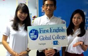 《First English 語言學校》中間舉牌的其實就是校長喔!