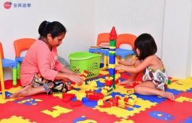 《First English 語言學校》兒童遊戲室,會有褓母照顧小朋友