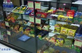 《First English 語言學校》福利社有賣餅乾、飲料,還有衛生紙等生活用品