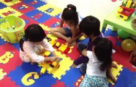 《First English 語言學校》小朋友的遊戲室,大家一起玩積木