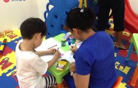 《First English 語言學校》小朋友的美術課,練習畫畫