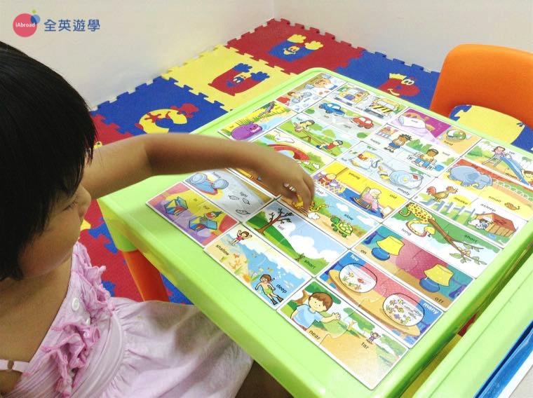 《First English 語言學校》孩童課程,看插圖學單字