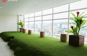 《IDEA Academia 語言學校》採光明亮的休息區,可以在這邊休息,看看市區景色!
