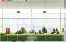 《IDEA Academia 語言學校》採光明亮的休息區,很多學生都會來這邊「瞇」一下!