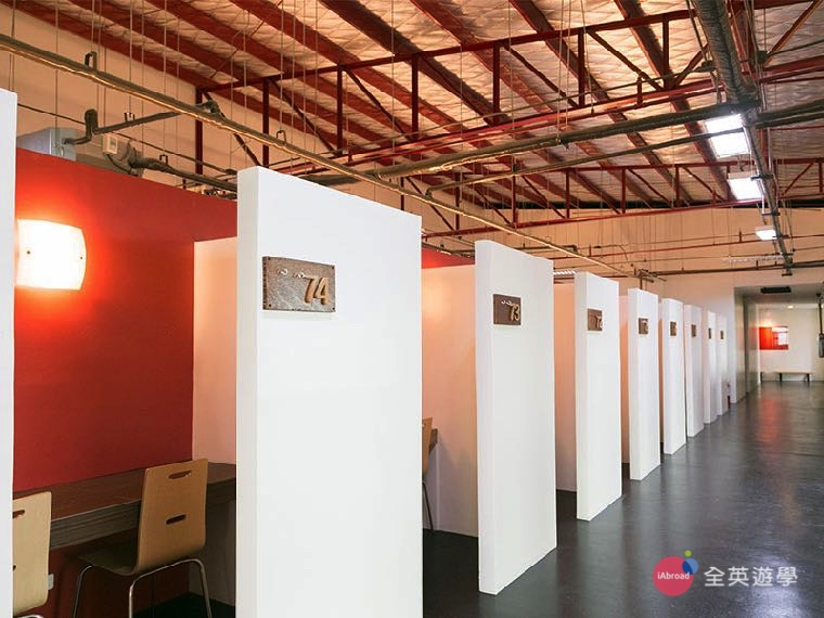 《IDEA Academia 語言學校》一對一教室,屬於開放式