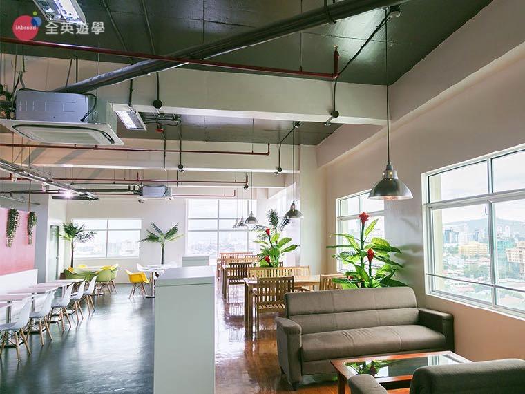 《IDEA Academia 語言學校》左邊整排白色桌椅區,也是一對一上課的地方喔!