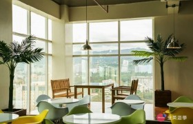 《IDEA Academia 語言學校》學生休息區一角,大大的落地窗還可以鳥瞰外面的風景