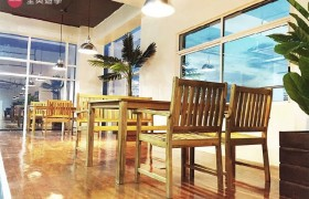 《IDEA Academia 語言學校》學生休息區,提供木質的桌椅
