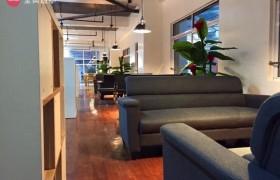 《IDEA Academia 語言學校》學生休息區,大又舒適的沙發,學生可以在這裡交流或是安靜的看書休息喔!