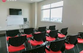 《IDEA Academia 語言學校》多媒體教室,早上的「大腦訓練」都在這邊上課!