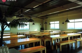 《IDEA Academia 語言學校》學生餐廳採用木質桌椅