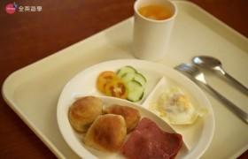 《IDEA Cebu 語言學校》早餐食物有小餐包、火腿、煎蛋、沙拉