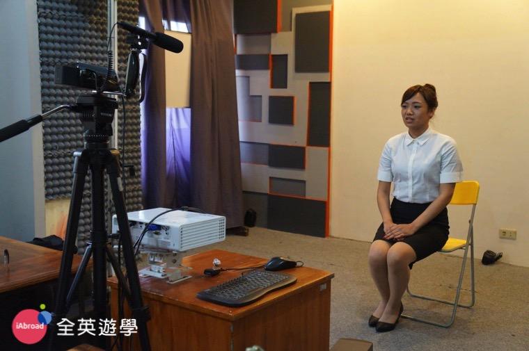 ▲ 每週五的英文模擬面試全程錄影!台下的老師會扮演主考官幫你評分!