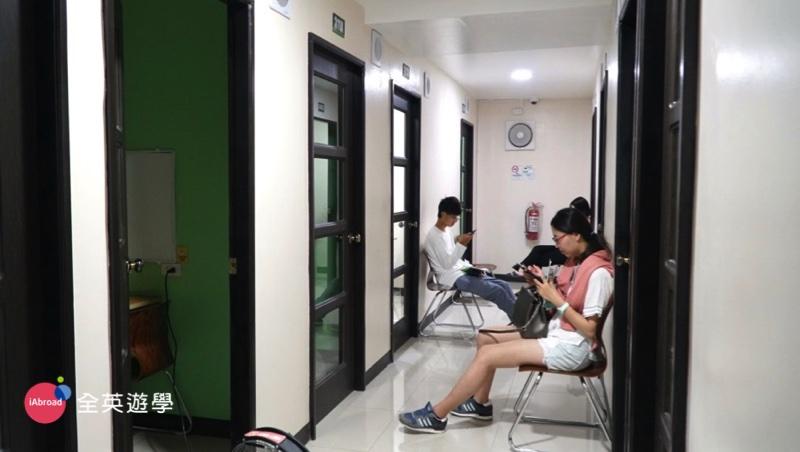 ▲ 週日下午1點~2點,PINES 的新生們,準備進行英文入學程度測驗囉!首先登場的是一對一的口試,同學們會輪流進去教室考試。