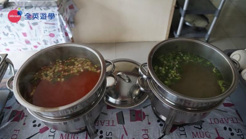 ▲ 因為學校有許多不同國籍的學生,韓國同學愛吃辣,但台灣&日本同學大多不太愛吃辣,所以,在每日湯品的部分,PINES 會提供兩種湯品,辣&不辣兩種。