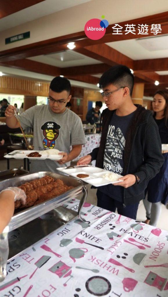 ▲ 機行李放到房間,稍微休息後,12點就可以吃午餐啦!雖然菜色不多,但最近學生的評價是,雖然還是不能與台灣的食物相比,不過有慢慢進步中....呵呵~