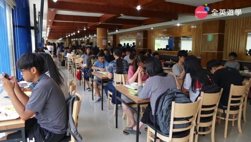 ▲ PINES 學校餐廳有一大片落地窗,光線明亮充足,菜色也比以前好多囉!