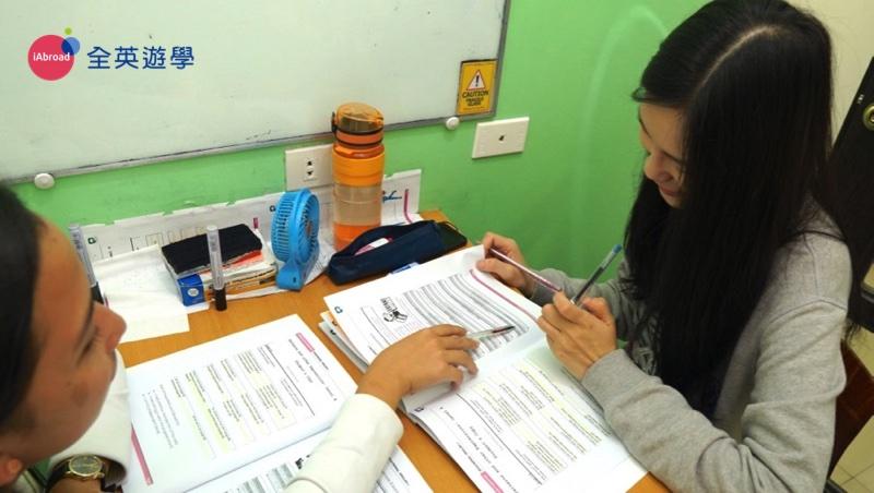 """▲ PINES 語言學校的老師很重視發音。台灣學生在 """"TH"""" , """"R"""" , """"L"""" 的聲音常常發音不正確,在一對一的閱讀課中,老師也會特別協助你如何正確發音喔!"""