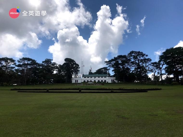 ▲ 綠草如茵又氣派的菲律賓總統夏季官邸 (Mansion House),可惜 Zoe 還只是平民老百姓,只能遠觀了。