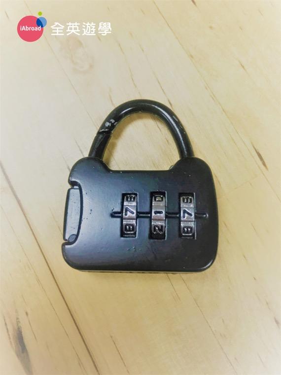 ▲ 常出門旅行的同學,建議多準備小鎖頭,無論是密碼鎖或鑰匙鎖都可以。可以將貴重物品所在衣櫥或行李箱裡,方便又安全。大創 or 光南都買得到, 忘記帶的同學,在碧瑤的 SM Mall 或超市也都買得到