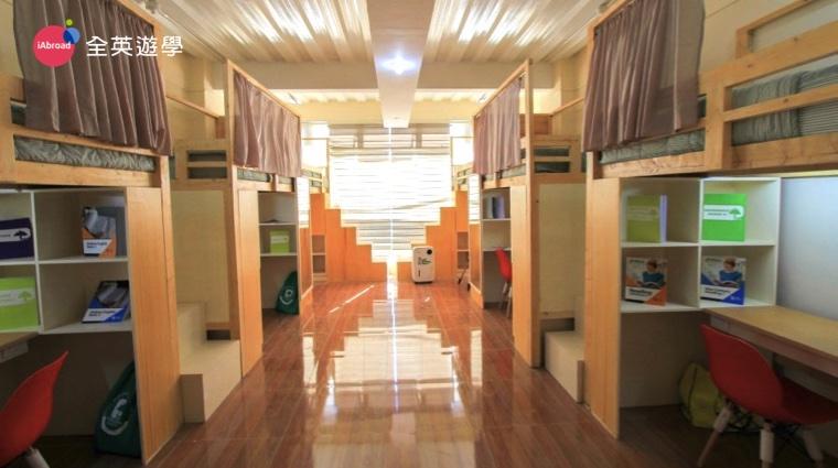 ▲ 明亮寬敞的六人房,每間房間都有大落地窗,還有一台直立式除溼機~