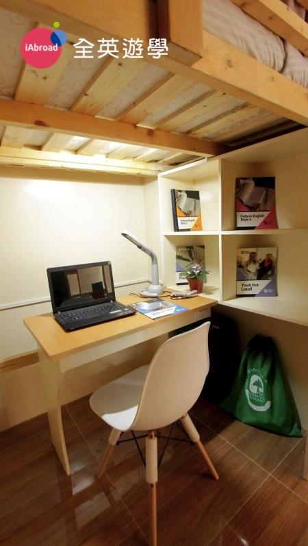 ▲ 每位學生都有獨立的書桌、衣櫥、櫃子。每張書桌前,除了插座,還有檯燈喔!