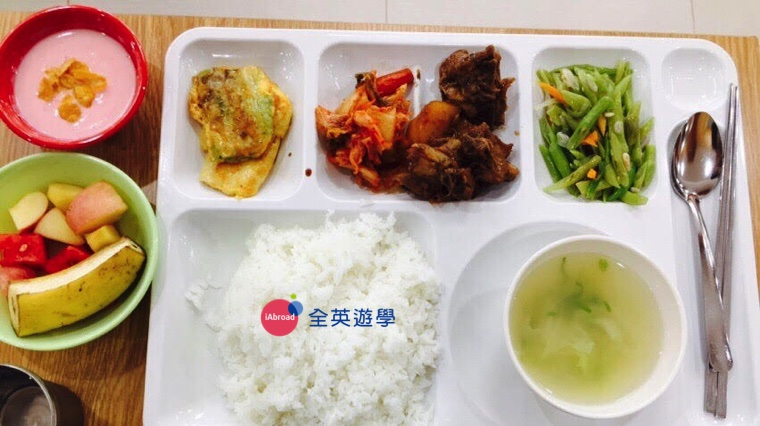 ▲ Pines 學校搬到碧瑤新校區 Green Campus 後,食物變好吃了耶!有綜合水果盤&果汁&偶爾還會出現小確幸優格耶! 要哭了~讚讚!