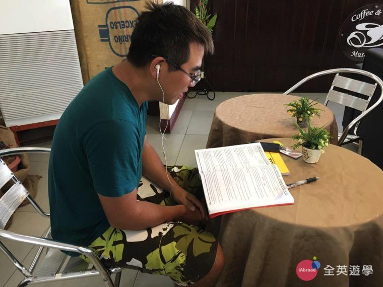 ▲ SMEAG 語言學校課外時間,也要把握時間唸英文,把多益考好!圖為學校咖啡廳