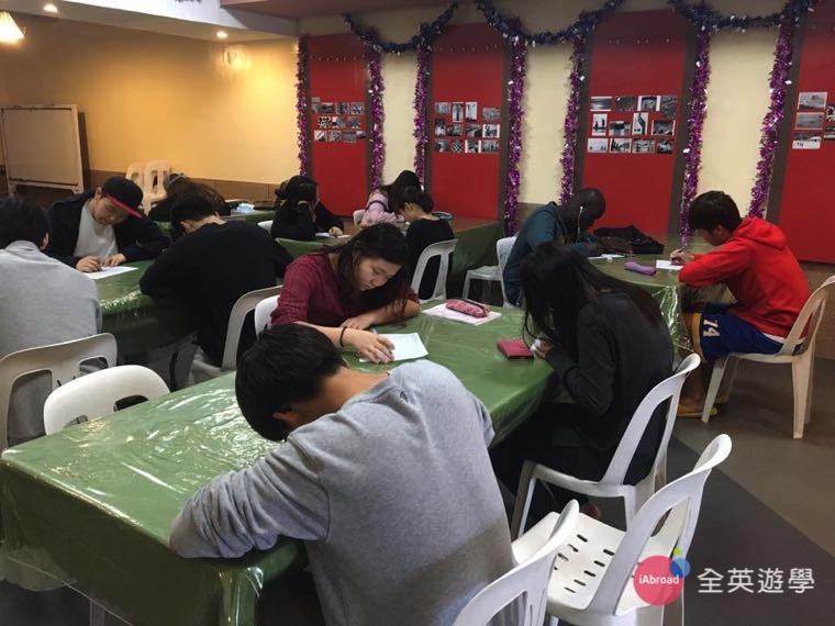 ▲ WALES 碧瑤語言學校每天晚上有 2 堂自習課,學生都很認真唸英文