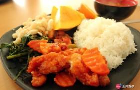 EG 午餐:炸排骨、蔬菜、通心麵、白飯、芒果、湯