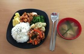 EG 午餐:玉子燒、辣炒年糕&花枝、蔬菜、白飯、泡菜、鳳梨、味增湯