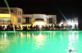 EG 戶外游泳池畔的夜景,好有度假的 Fu 啊~