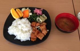 EG 午餐:糖醋排骨、玉子燒、紅蘿蔔、白飯、柳丁、味增湯