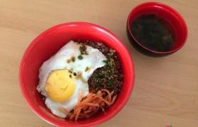 EG 午餐:蓋飯、荷包蛋、海帶湯