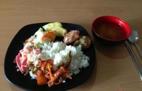 EG 午餐:日式漢堡包、火腿、蛋、蔬菜、蘿蔔、白飯、泡菜、鳳梨、味增湯